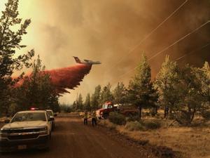 Un hidroavión descarga el depósito de agua en uno de los incendios que asolan el oeste de Estados Unidos.