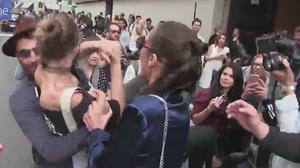 Gigi Hadid responde con un codazo a la agresión a la salida de un desfile en Milan