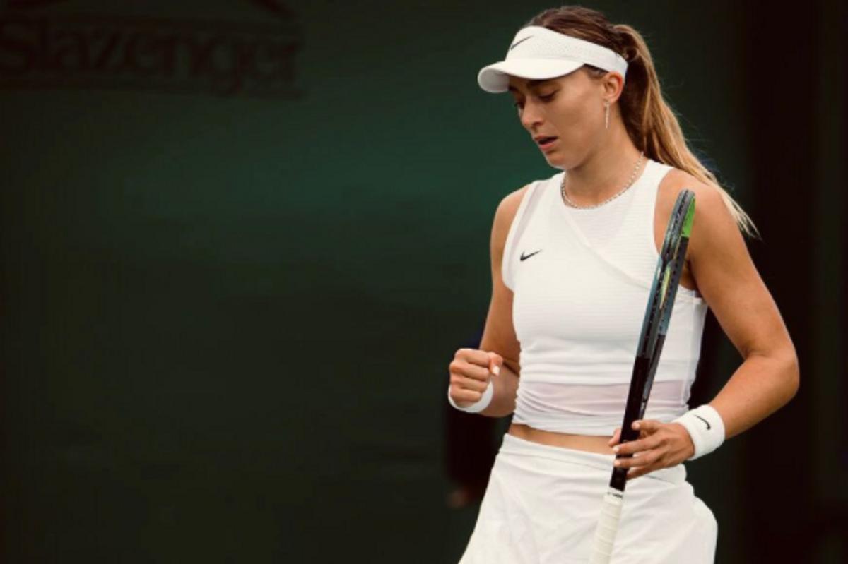 Paula Badosa celebra un punto con el puño en su partido en Wimbledon