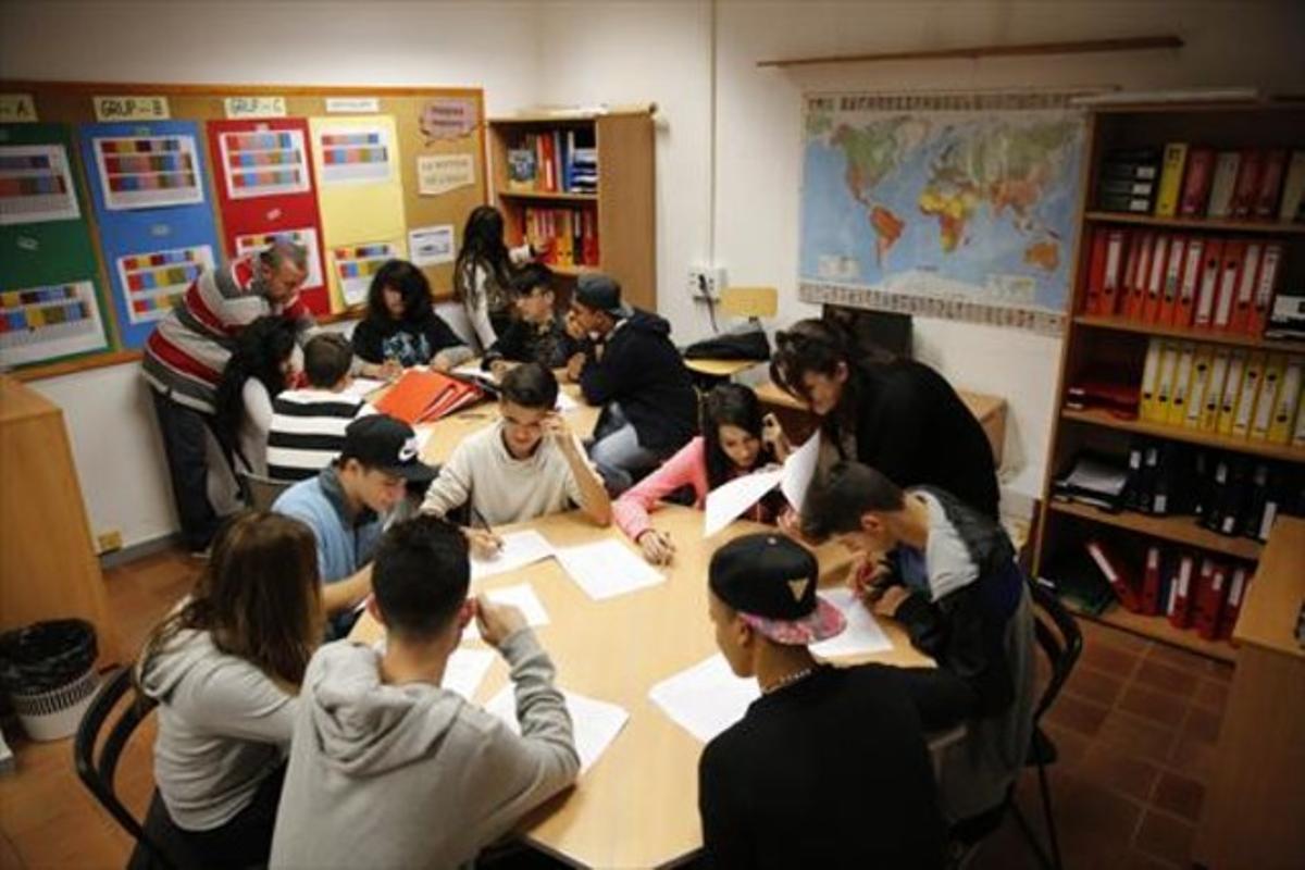 Jóvenes alumnos de la Fundació El Llindar de Cornellà de Llobregat, ayer.