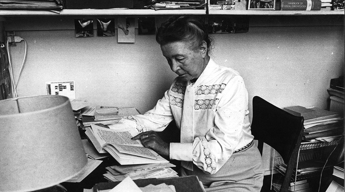 Simone de Beauvoir, en su despacho en París en 1977.
