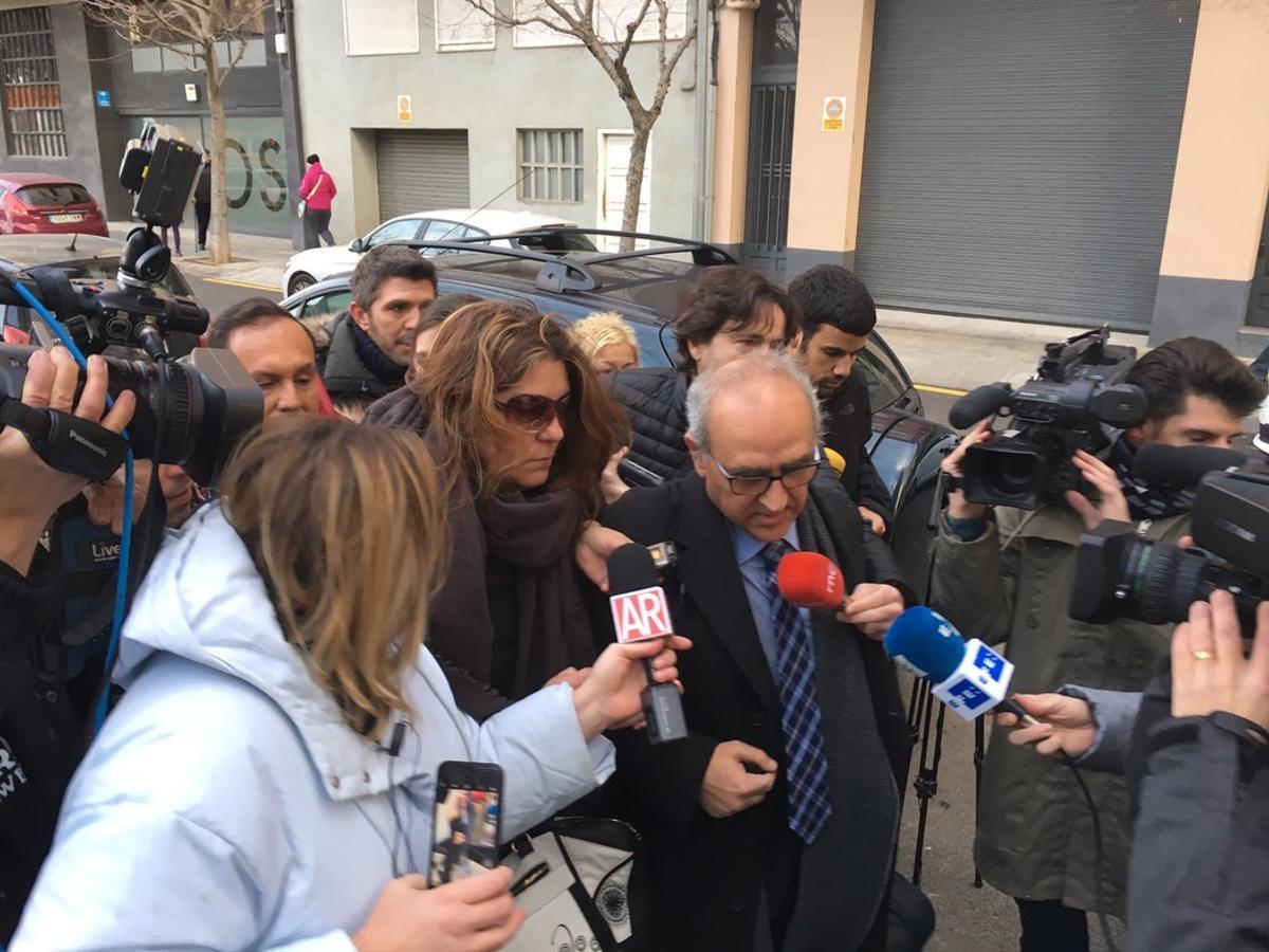 La madre de Nadia, Margarida Garau, este viernesllegando a los juzgados de la Seu d'Urgell en compañíade su abogado.