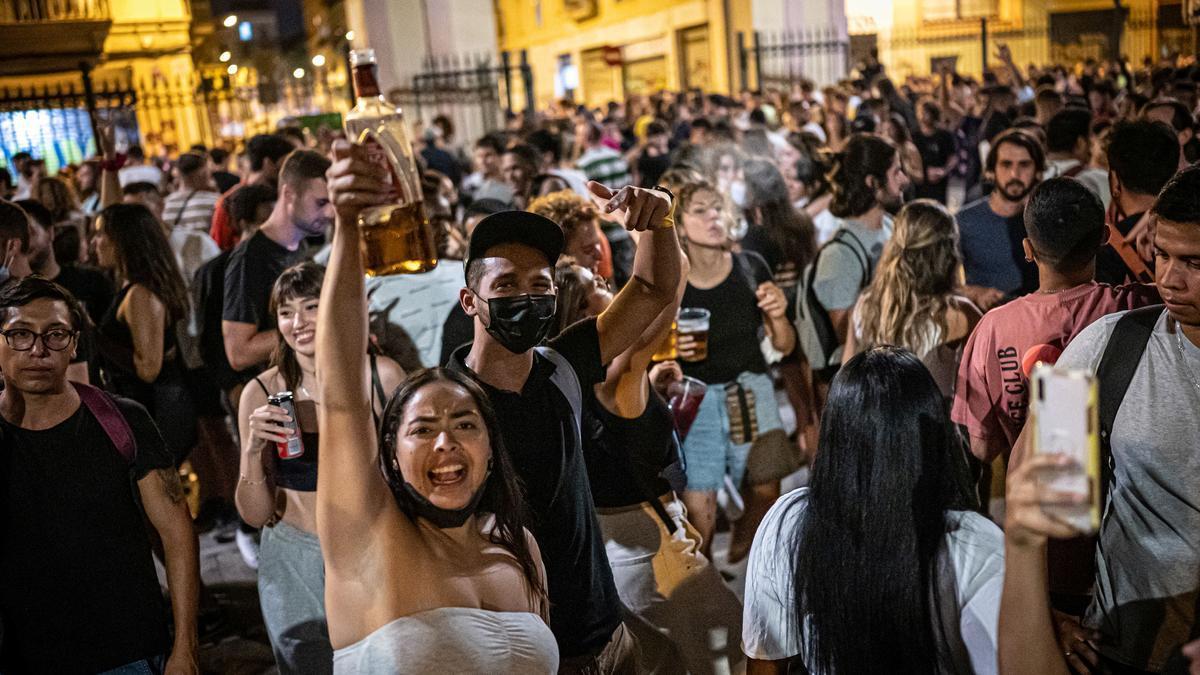 Botellón en Sants, durante su fiesta mayor.