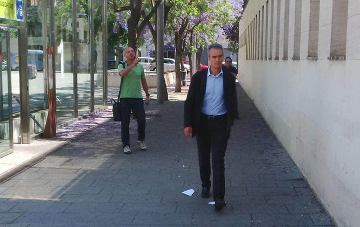El exdirector general de Caixa Laietana Josep Ibern compareciendo este mediodía en el juzgado de Mataró.