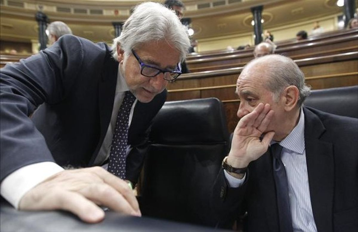 El ministro del Interior, Jorge Fernández Díaz, y el diputado de CiU Josep Sánchez Llibre, en el Congreso, este miércoles, 22 de mayo. EFE /FERNANDO ALVARADO