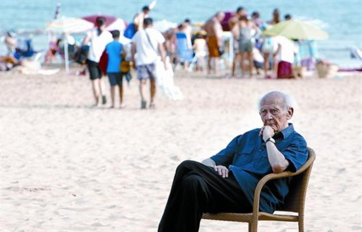 DesazónEl sociólogo Zygmunt Bauman, en la playa de Benicàssim (Castellón), donde participa en el foro social del festival Sunsplash, ayer.