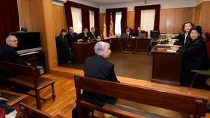 El obispo de Barbastro-Monzón, Ángel Pérez, y el obispo de Lleida, Salvador Giménez, el jueves durante el juicio por los bienes de la Franja.