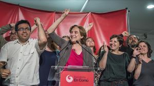 Ada Colau, entre Gerardo Pisarello y Laia Ortiz, en la noche electoral del 24 de mayo del 2015, cuando ganó las elecciones municipales de Barcelona.