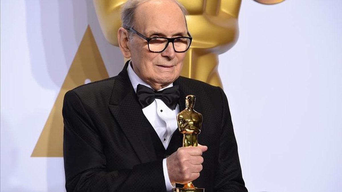 Fallece el compositor italiano Ennio Morricone a los 91 años. En la foto, Morriconeposacon el Oscar a Mejor banda sonora por 'Los odiosos ocho'.
