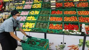Empleado de Mercadona, en el puesto de verduras de una tienda de València.