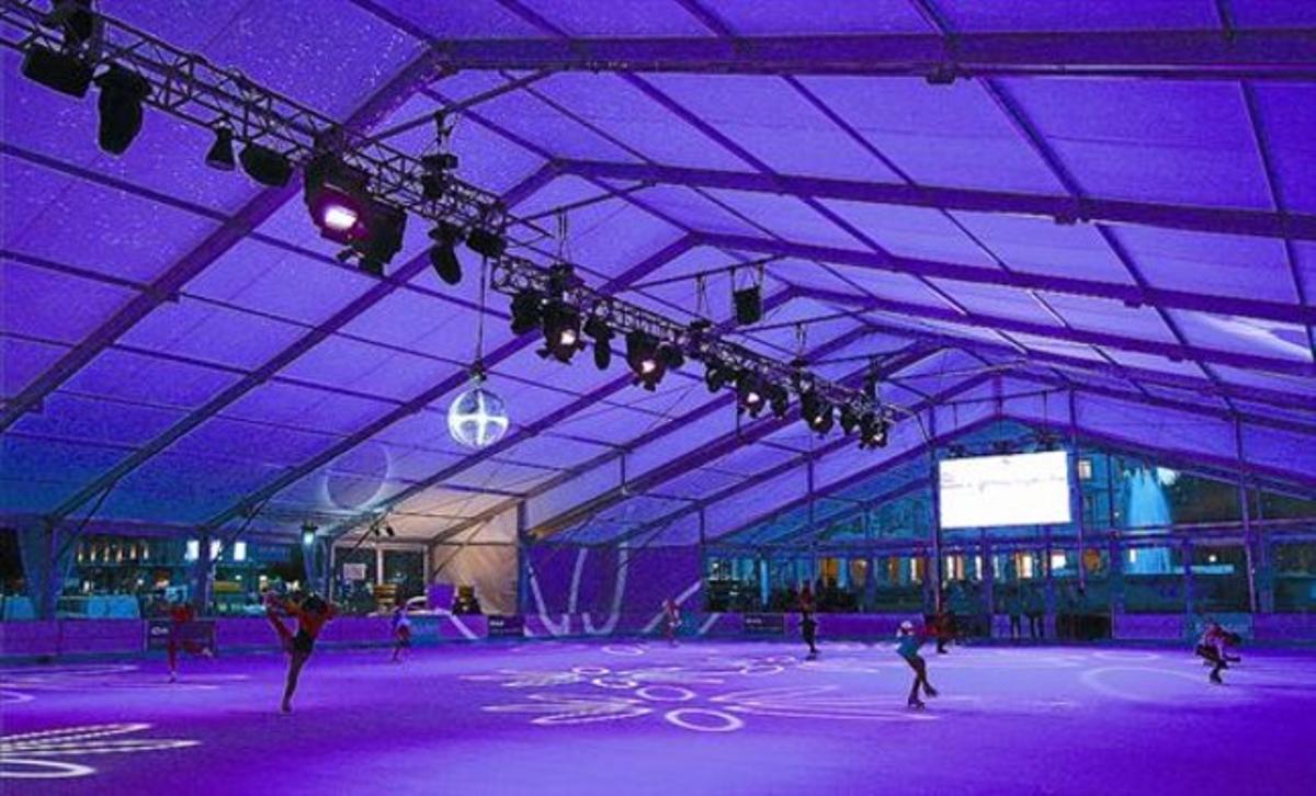Exhibiciones en la pista de hielo de la plaza de Catalunya, en su presentación, ayer.