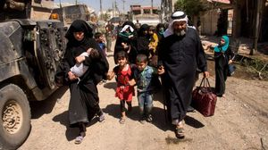 Civiles dejan sus casas en Mosul.