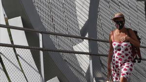 Una mujer pasea por la sombra en la zona de Madrid Río, en plena ola de calor, el jueves 30 de julio.