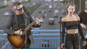 Alejandro Sanz celebra el Puente del 'Corazón Partío' con una actuación sorpresa.