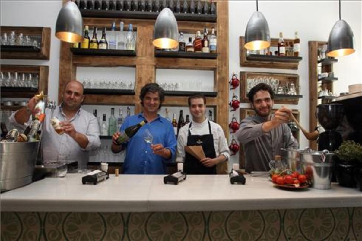 Javier Cotorruelo, Carles Abellan, Toni Romero y Armando Anta, tras la barra de Suculent. Foto: Francesc Casals