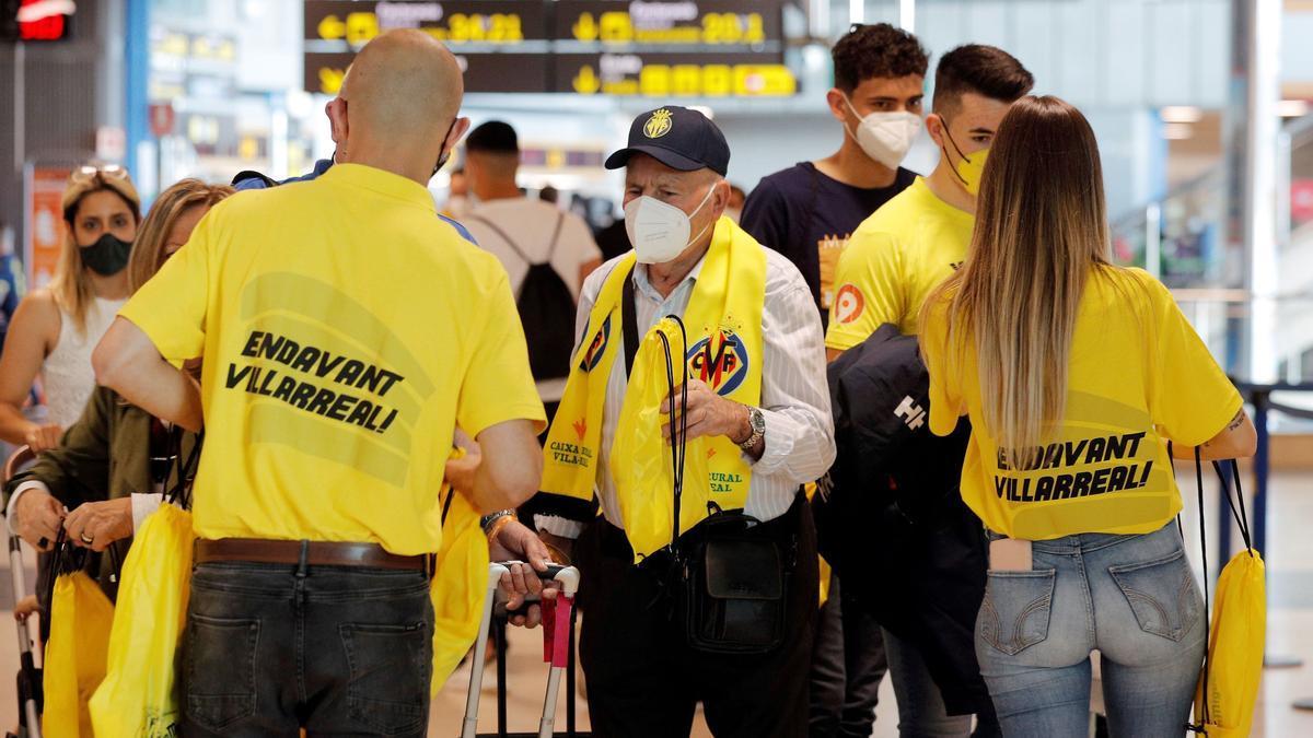 Aficionados del Villarreal viajan a Gdansk (Polonia) desde el aeropuerto de Manises.
