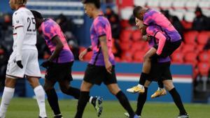 Kimpembe se aúpa sobre Draxler tras el gol del jugador alemán del PSG al Niza.