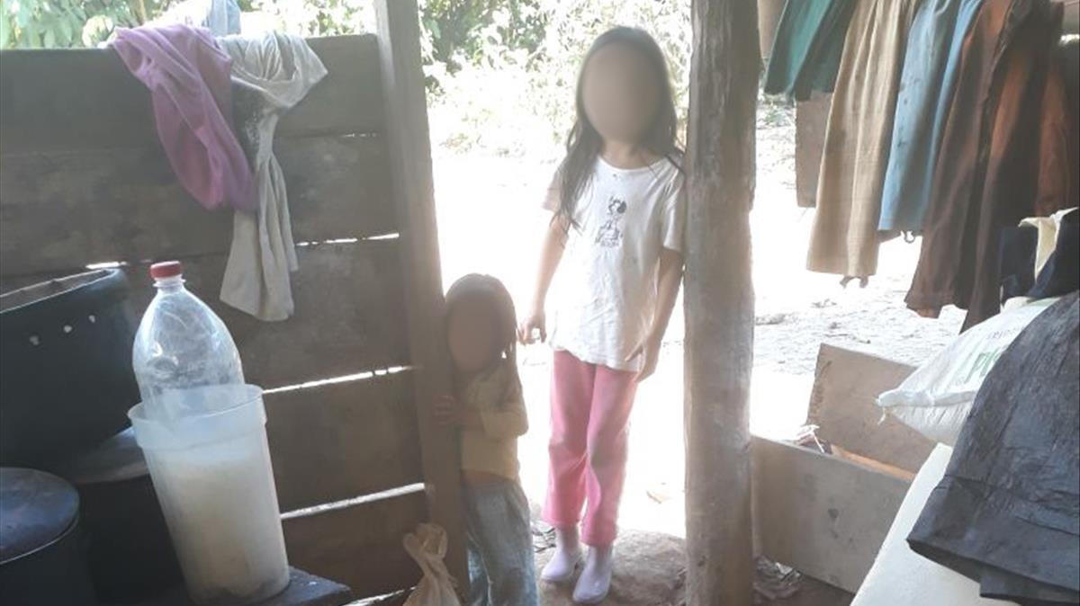 Dos de los hijos que el gurú ha tenido con sus esposas. La policía los encontró en condiciones insalubres en una cabaña de la selva, donde estaban sin escolarizar.