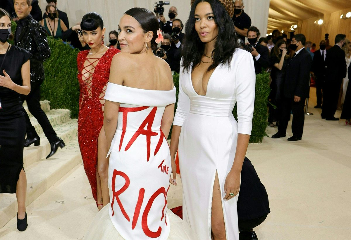 Alexandria Ocasio-Cortez, con el lema 'tax the rich' en la gala del Met.