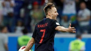Iván Rakitic celebra el gol en el último penalti de la tanda.