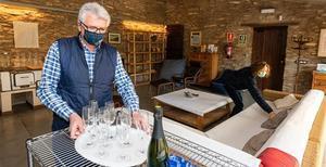 Los propietarios de la casa rural Torre del Codina, en Tàrrega (Urgell), ayer haciendo los preparativos para Fin de Año.