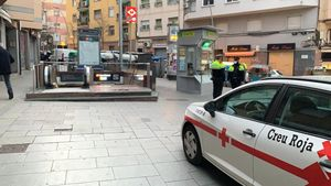 Reparto de mascarillas en la parada de metro de Can Vidalet, en Esplugues