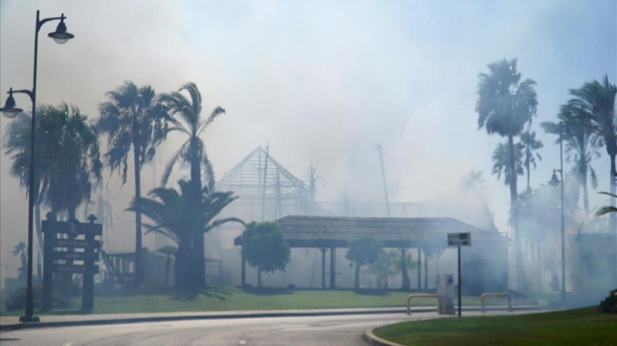 Un incendi forestal arrasa un luxós centre comercial d'Estepona (Màlaga)