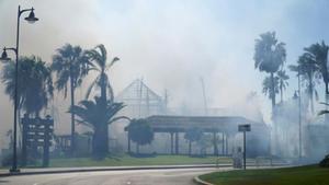 Incendio en el centro comercial Laguna Village en Estepona, llena de humo.