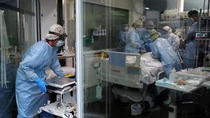Sanitarios del Hospital del Mar tratan a un paciente con coronavirus en la uci, este jueves.