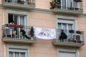 Unas vecinas se comunican de balcón a balcón, durante el confinamiento en Valencia, el 2 de abril.
