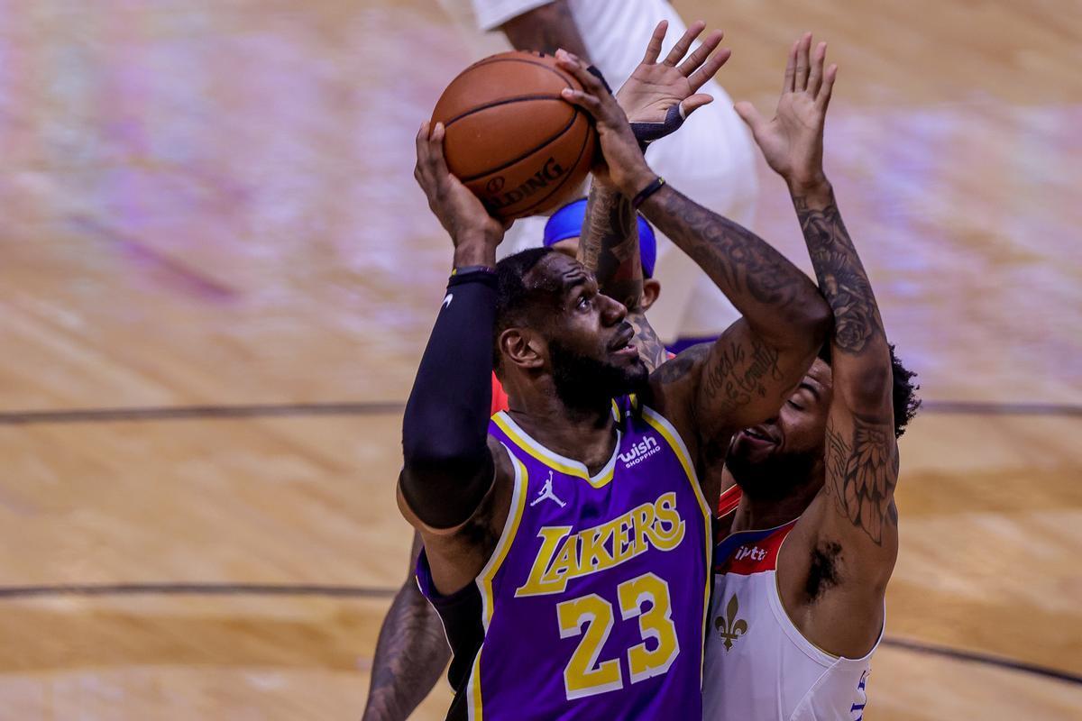 LeBron James, en una acción cerca del aro ante Marshall