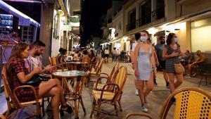Terrazas abiertas en una céntrica calle de Sitges, el pasado 15 de agosto al anochecer.