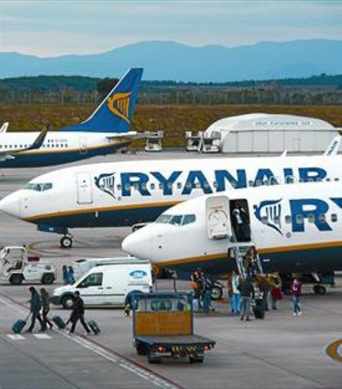 Unos pasajeros bajan de un avión de Ryanair en Girona.