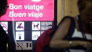 Cartel en catalán y castellano en una parada de metro de Barcelona.