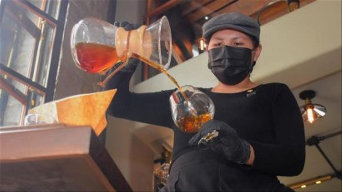 Amalia Corina, la primera aimara barista de Bolívia