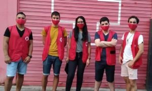 Un equipo de 6 informadores de la Creu Roja trata de sensibilizar a los jóvenes de Badalona sobre los riesgos de la covid-19.