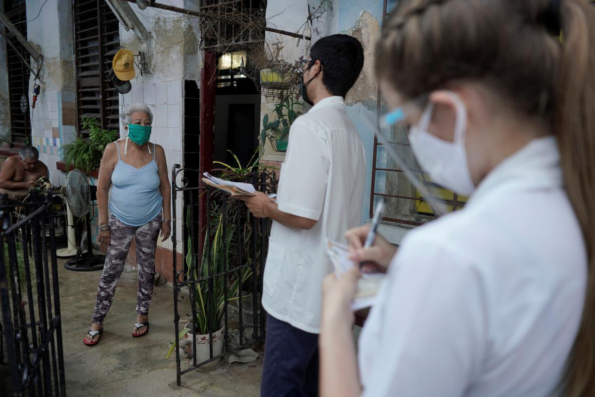 Estudiantes de medicina visitan puerta por puerta a cubanos con síntomas de coronavirus el pasado mes de abril.