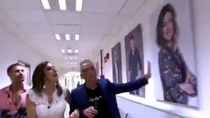 El polèmic gest de Paz Padilla i Kiko Hernández amb la foto de Sandra Barneda als passadissos de Mediaset