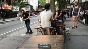 Mesas puestas el sábado por un restaurante en su terraza del barrio Hell's Kitchen en el proceso de reapertura en Nueva York.