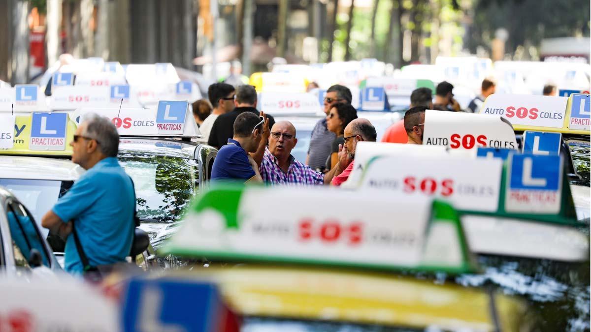 Las autoescuelas se manifiestan en Barcelona por la falta de examinadores.