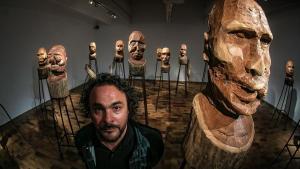 El artista Kader Attia, junto a la instalación 'J'accuse', la semana pasada en la Fundació Miró.