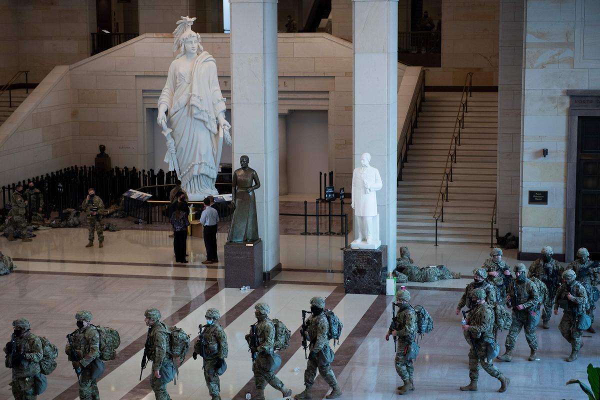 Despliegue de soldados en el recinto del Capitolio