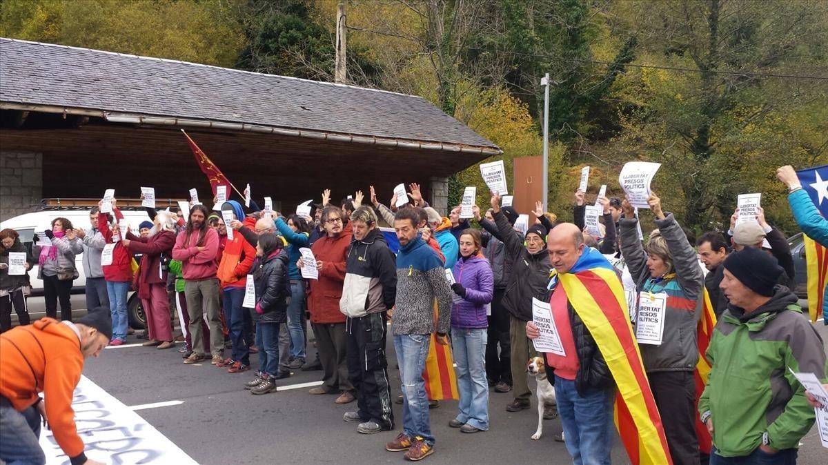 Corteen la N-230 en la frontera entre la Vall d'Aran y Franciaen protesta por los encarcelamientos.