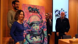 Meritxell Puig y parte del equipo del Cómic Barcelona, ante el cartel de la 38ª edición, obra de Belén Ortega.