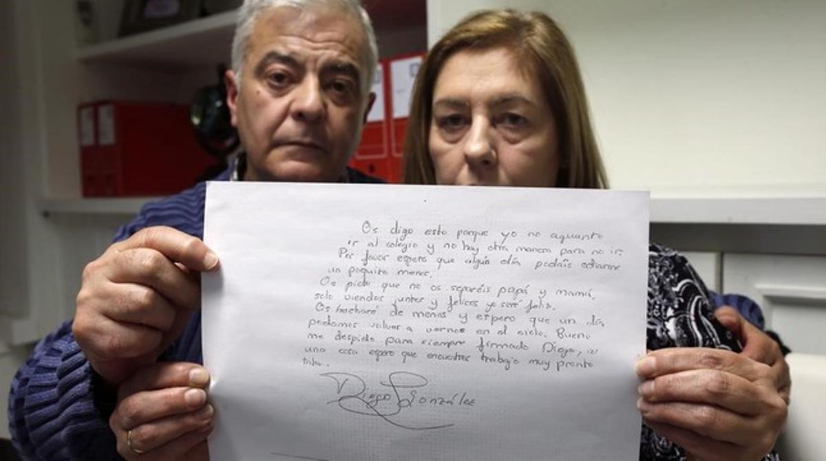 Los padres de Diego González, Manuel y Carmen, muestran una copia de parte de la carta de despedida de su hijo.