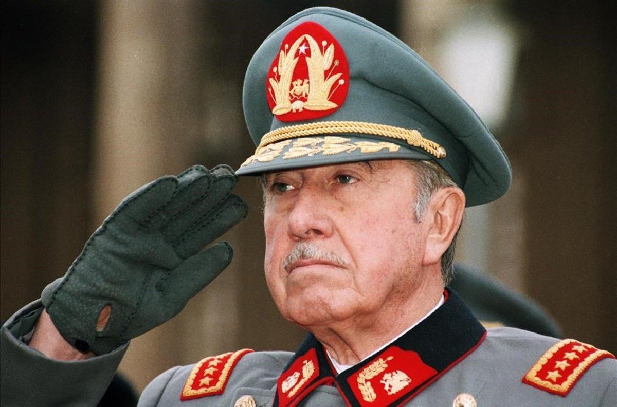 Augusto Pinochet realiza el saludo militar durante un desfile en Santiago de Chile, en 1986.