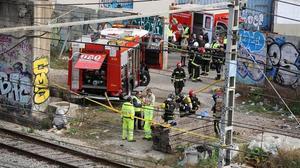 Bomberos, guardias urbanos y operarios de Adif, en la zona del siniestro que causóel caos en Rodalies.