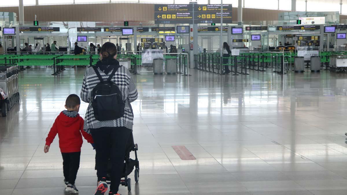 Pasajeros en el aeropuerto de El Prat, el 1 de abril.