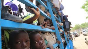 Imatge de nens sent evacuats de les illes nigerianes del llac Txad pel por de ser atacats per Boko Haram.