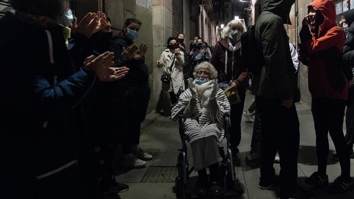 Protesta antes del toque de queda contra un desahucio en la calle dels Codols, Barcelona.